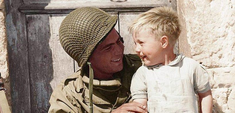 Débarquement de Normandie : appel à témoins pour retrouver le jeune garçon sur les genoux du GI